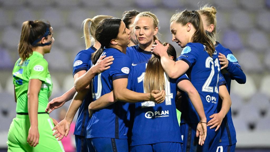 Pernille Harder festeja um dos golos que apurou o Chelsea para as «meias» da Liga dos Campeões, ante o Wolfsburgo (Zsolt Szigetvary/AP)