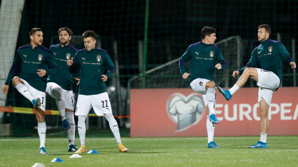 Seleção de Itália no aquecimento para o jogo ante a Lituânia, de apuramento para o Mundial 2022 (Toms Kalnins/EPA)