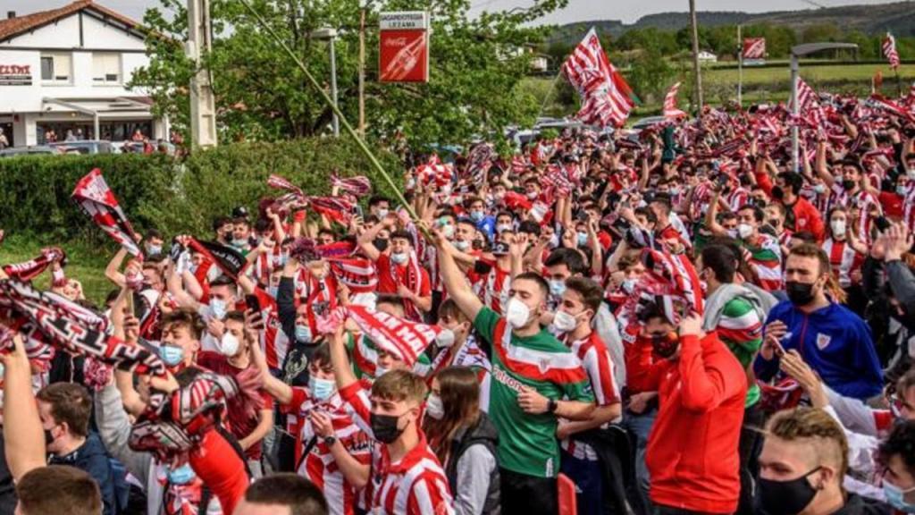 Milhares de adeptos do Athletic Bilbao no apoio à equipa antes da Taça do Rei