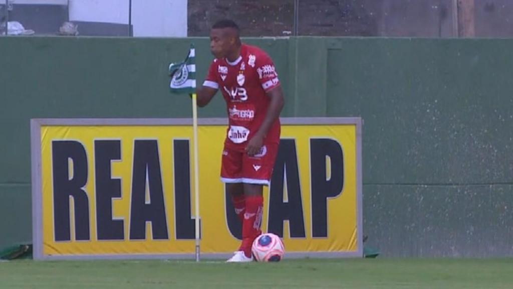 Alan Mineiro cospe na bandeirola do adversário (youtube)