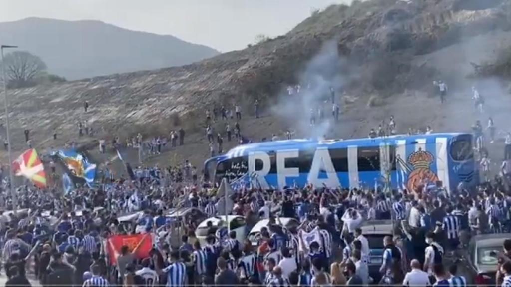 Multidão na saída da Real Sociedad para a final da Taça do Rei (twitter)