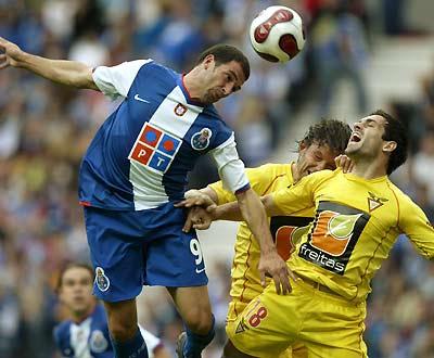F.C. Porto-D. Aves: Lisandro resolveu (Foto LUSA)