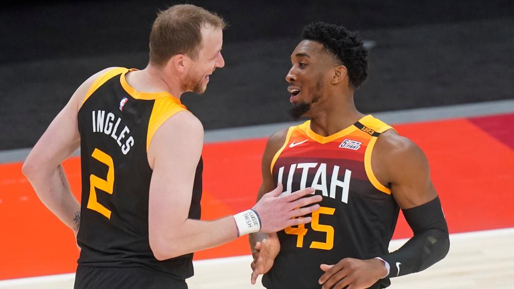 Joe Ingles e Donovan Mitchell pelos Utah Jazz (Rick Bowmer/AP)