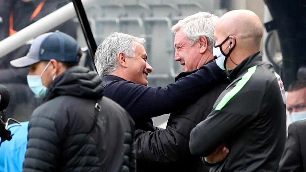 José Mourinho e Steve Bruce no Newcastle-Tottenham (Scott Heppell/AP)