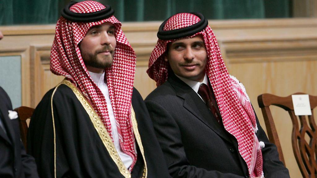 Príncipe Hamza (à esquerda)