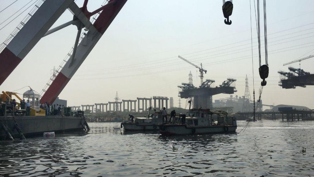 Operação de salvamento de passageiros de ferry que naufragou no Bangladesh