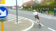 VÍDEO: queria oferecer presente, mas acabou expulso do Tour de Flandes (twitter)