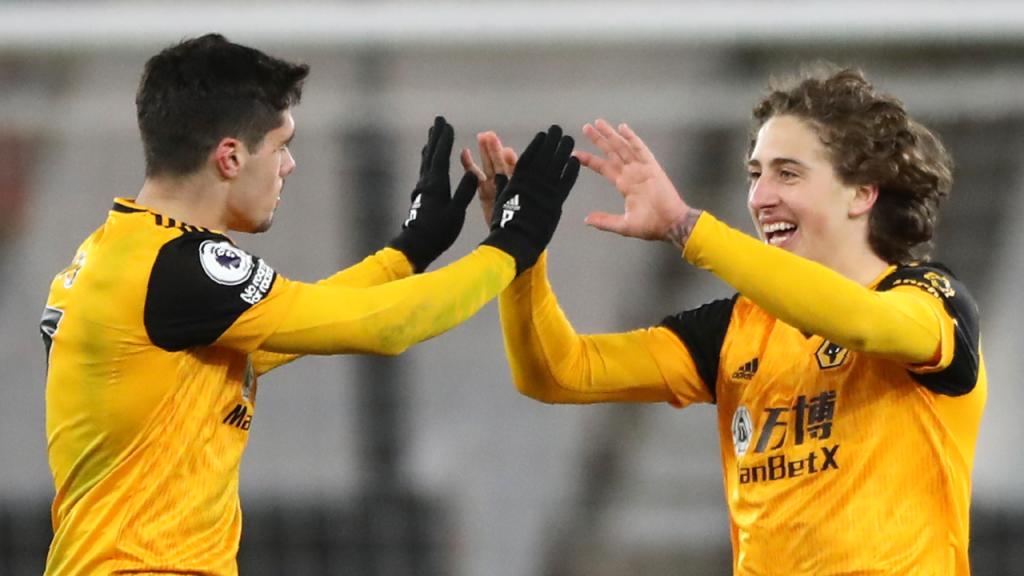 Fábio Silva festeja com Pedro Neto o golo no Wolverhampton-West Ham (Nick Potts/AP)