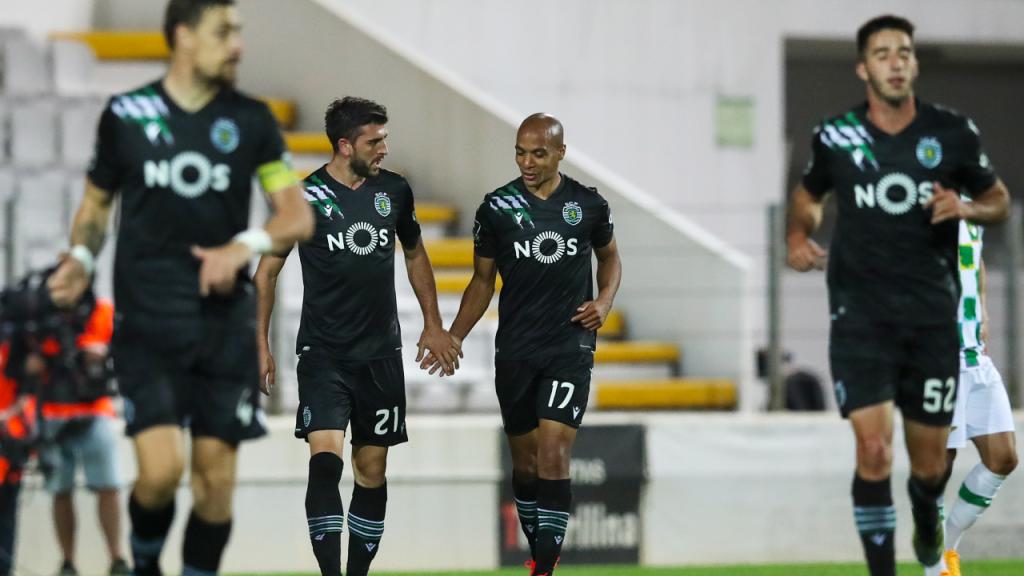 Paulinho festeja com João Mário o 0-1 no Moreirense-Sporting (José Coelho/LUSA)