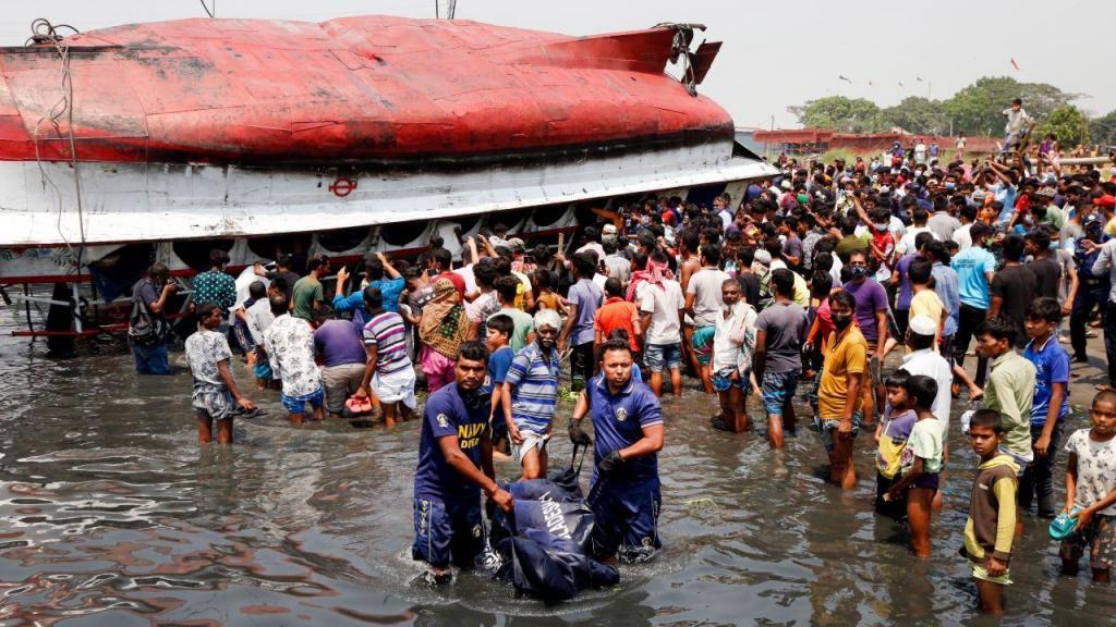 Resgate de vítimas de naufrágio de ferry no Bangladesh