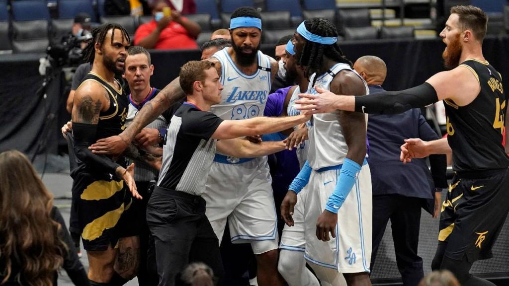 Confusão no jogo dos Lakers com os Raptors (AP Photo/Chris O'Meara)