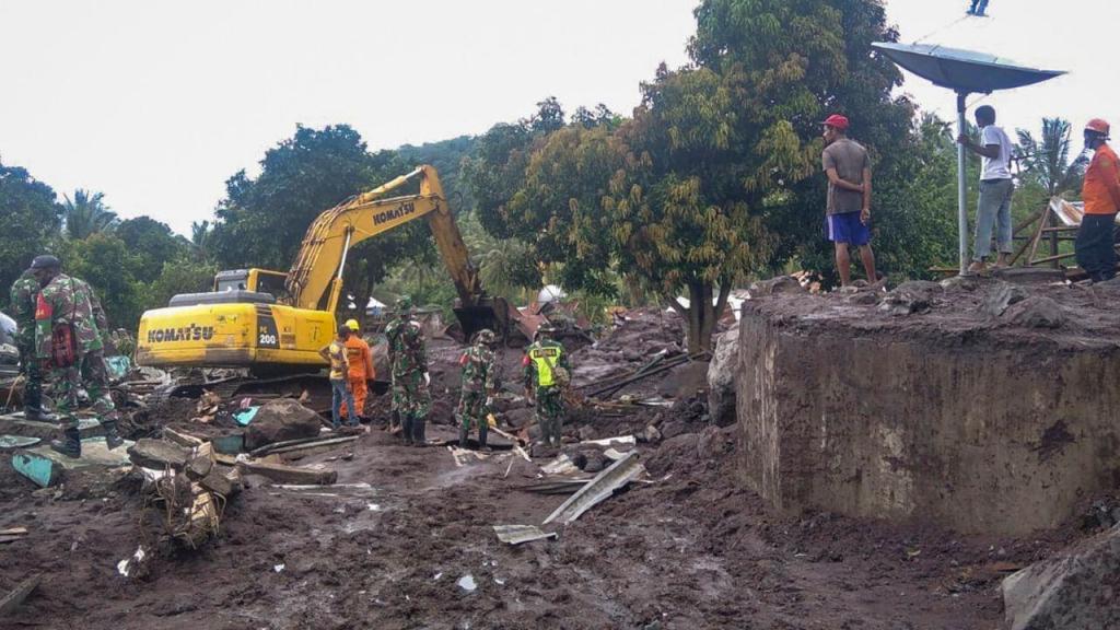Operações de resgate após as inundações na Indonésia