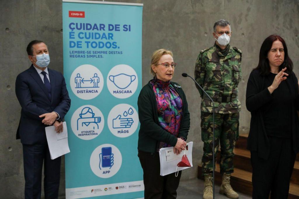 Graça Freitas, Rui Ivo e Henrique Gouveia e Melo em conferencia de imprensa