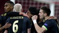 Ajax festeja o 1-0 ante a Roma, com Davy Klaassen e Dusan Tadic em primeiro plano (Peter de Jong/AP)