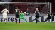 Pau López defende o penálti de Dusan Tadic no Ajax-Roma (Peter de Jong/AP)