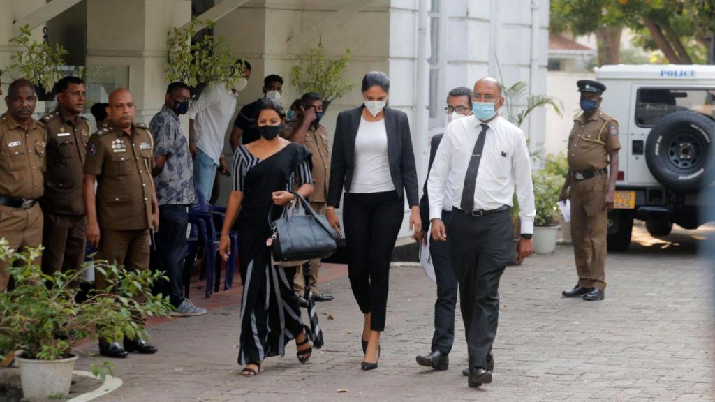 A ex-Mrs. Mundo Caroline Jurie, à saída da esquadra da polícia
