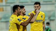 Lucas Possignolo, ao centro, festeja o 1-0 no Portimonense-Vitória de Guimarães com Willyan e Maurício (Luís Forra/LUSA)