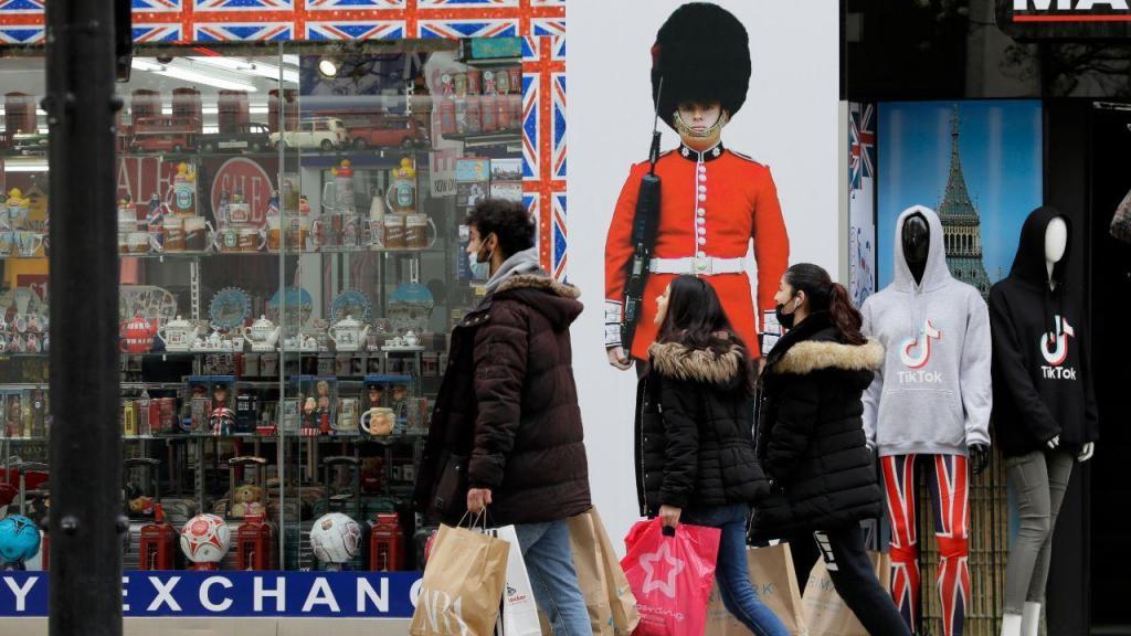 Reino Unido dá novo passo no desconfinamento e abre restaurantes e bares