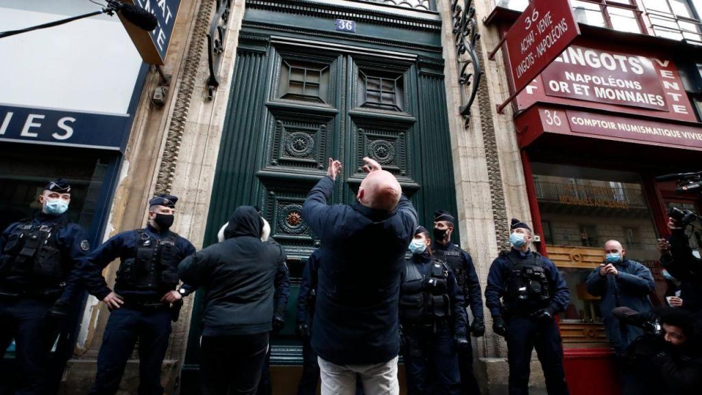 Protesto contra realização de festas clandestinas em restaurantes franceses