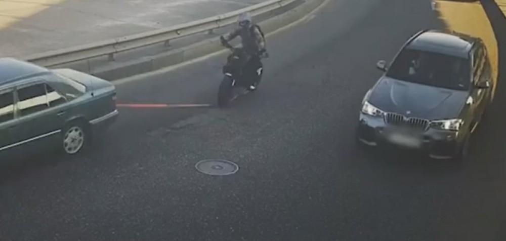 Acidente com moto a reboque (Reprodução Youtube)