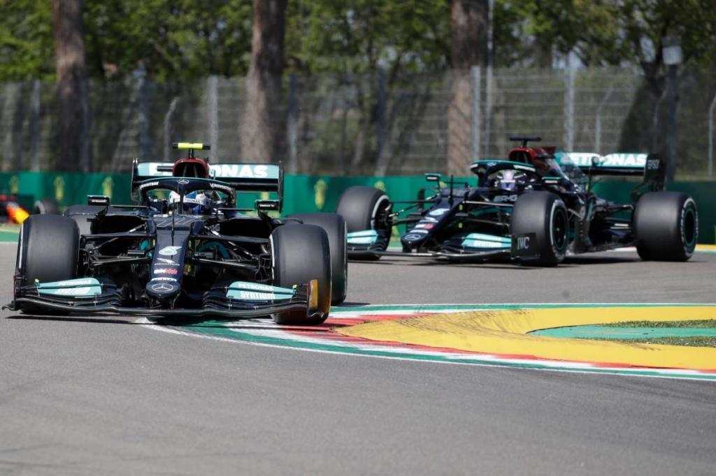 Valtteri Bottas e Lewis Hamilton (Associated Press)