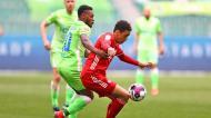 Jamal Musiala e Ridle Baku em duelo no Wolfsburgo-Bayern Munique (Martin Rose/EPA)