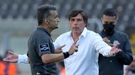 Daniel Ramos fala com o árbitro Rui Costa no V. Guimarães-Santa Clara (Hugo Delgado/LUSA)
