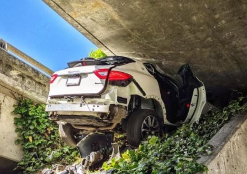 Carro fica encaixado debaixo de viaduto (reprodução Instagram Oakland CHP)