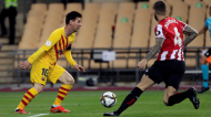 Final da Taça do Rei: Lionel Messi perante Iñigo Martínez no Athletic Bilbao-Barcelona (Julio Munoz/EPA)