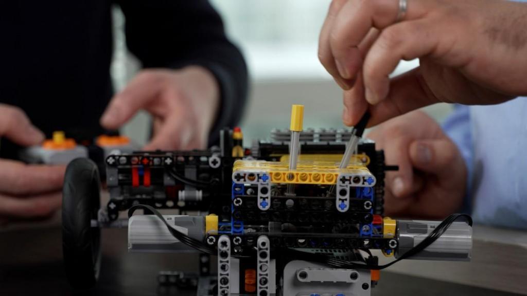 Modelo em Lego da motorização E-Tech da Renault