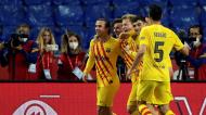 Frenkie De Jong festeja com os colegas de equipa o 0-2 no Athletic-Barcelona (Julio Munoz/EPA)