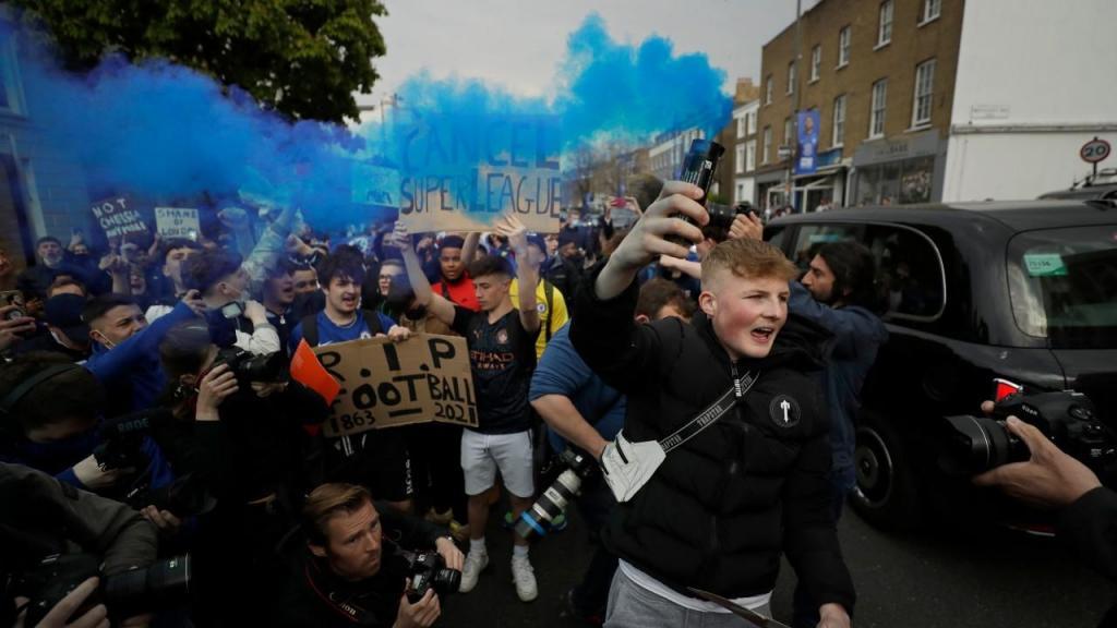 Adeptos do Chelsea protestam contra a Superliga Europeia
