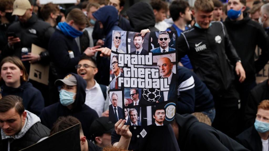 Adeptos manifestam-se junto ao estádio do Chelsea (AP Photo/Matt Dunham)