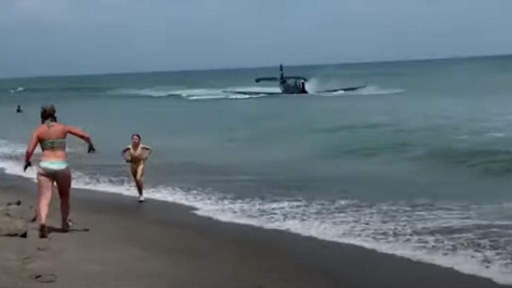 Avião faz aterragem de emergência em praia
