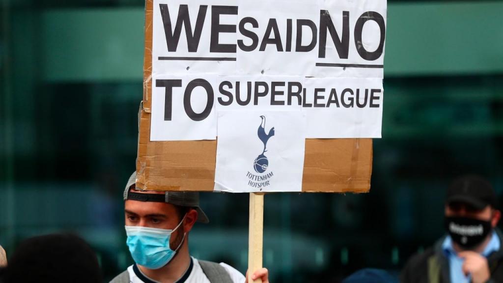 Adeptos do Tottenham protestam contra a Superliga (EPA)