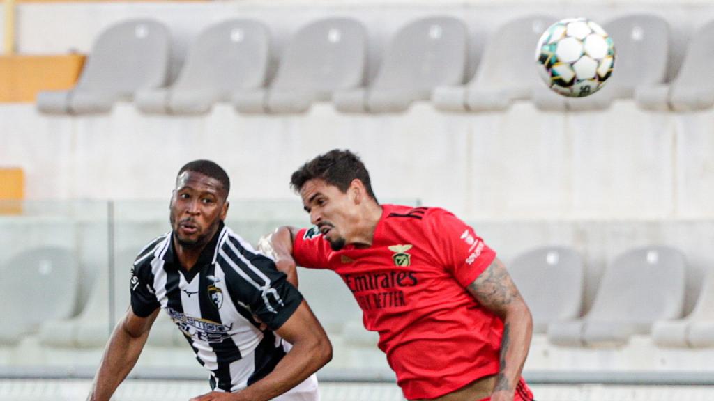 Beto e Lucas Veríssimo no Portimonense-Benfica (Luís Forra/LUSA)