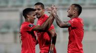 Pedrinho, Gilberto e Everton festejam o 1-5 final no Portimonense-Benfica (Luís Forra/LUSA)