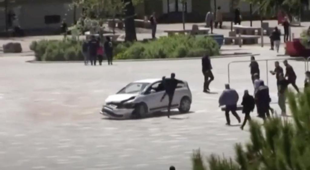 Homem pontapeia carro no ar
