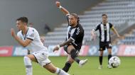 Pedro Mendes remata perante André Amaro, fazendo o 1-0 no Nacional-V. Guimarães (Homem de Gouveia/LUSA)