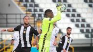 Bruno Varela agarra a bola perante Pedro Mendes no Nacional-V. Guimarães (Homem de Gouveia/LUSA)