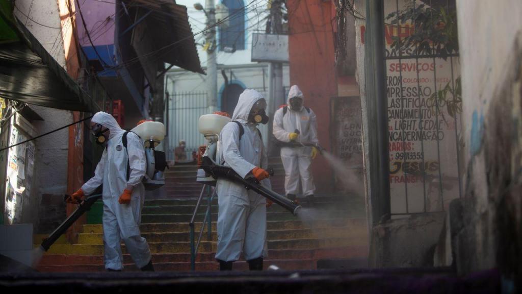 Desinfeção na favela Santa Marta, no Rio de Janeiro