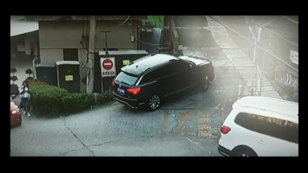 SUV em acidente em curva apertada na China