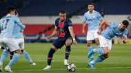 Kylian Mbappé entre João Cancelo e Rúben Dias no PSG-Manchester City (Thibault Camus/AP)