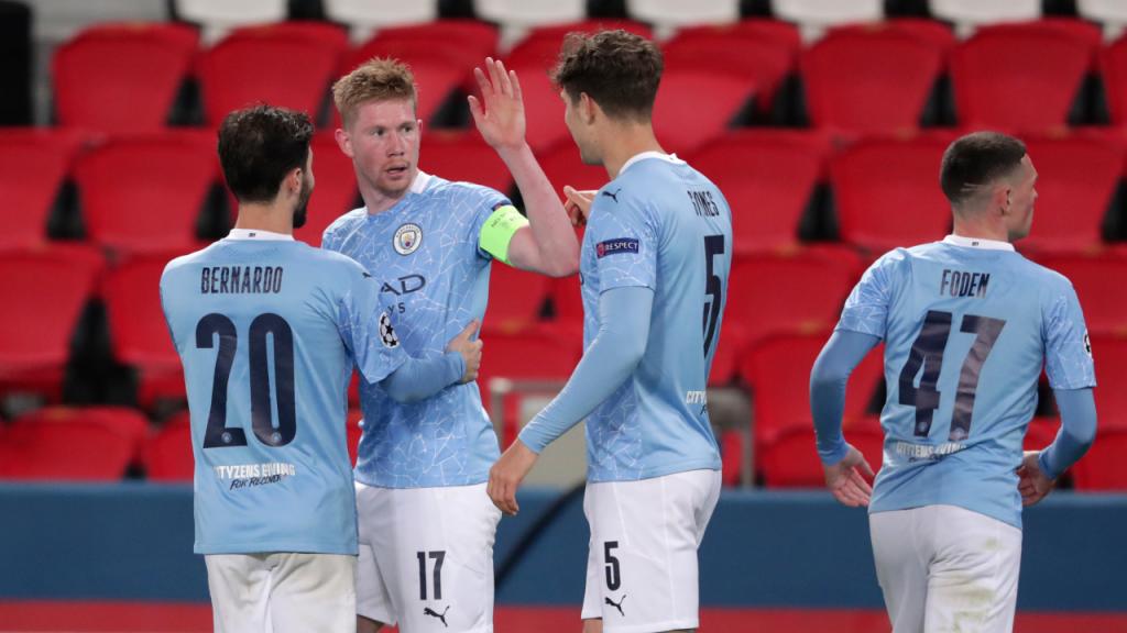 Kevin de Bruyne festeja com John Stones e Bernardo Silva o 1-1 no PSG-Manchester City (Thibault Camus/AP)