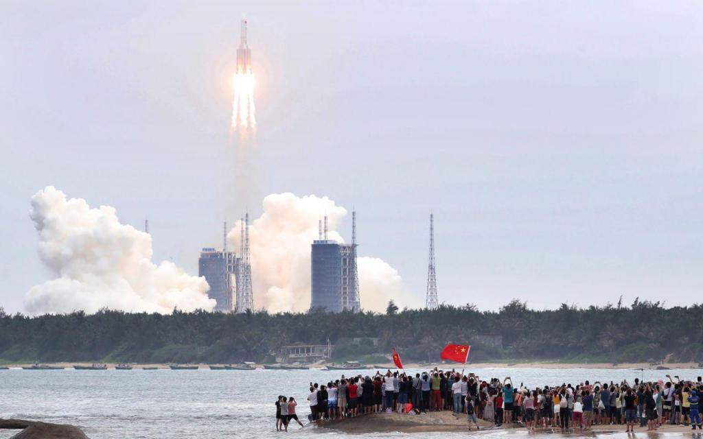 Clima de festa no lançamento do módulo principal da primeira estação espacial permanente chinesa