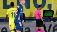 Liga Europa: Artur Soares dias consulta o VAR num lance em que anulou penálti a favor do Arsenal (Domenech Castello/EPA)