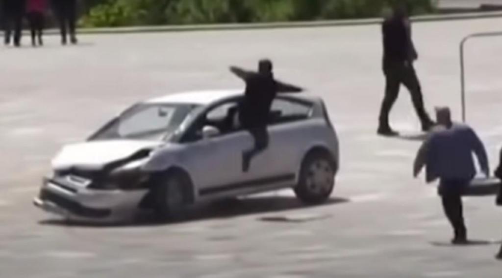 Incidente na Praça Skanderberg, em Tirana (reprodução YouTube «NBC News»)