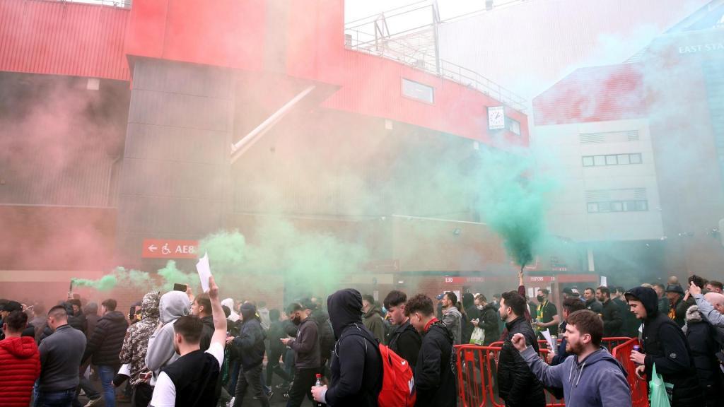 Adeptos invadem Old Trafford em protesto