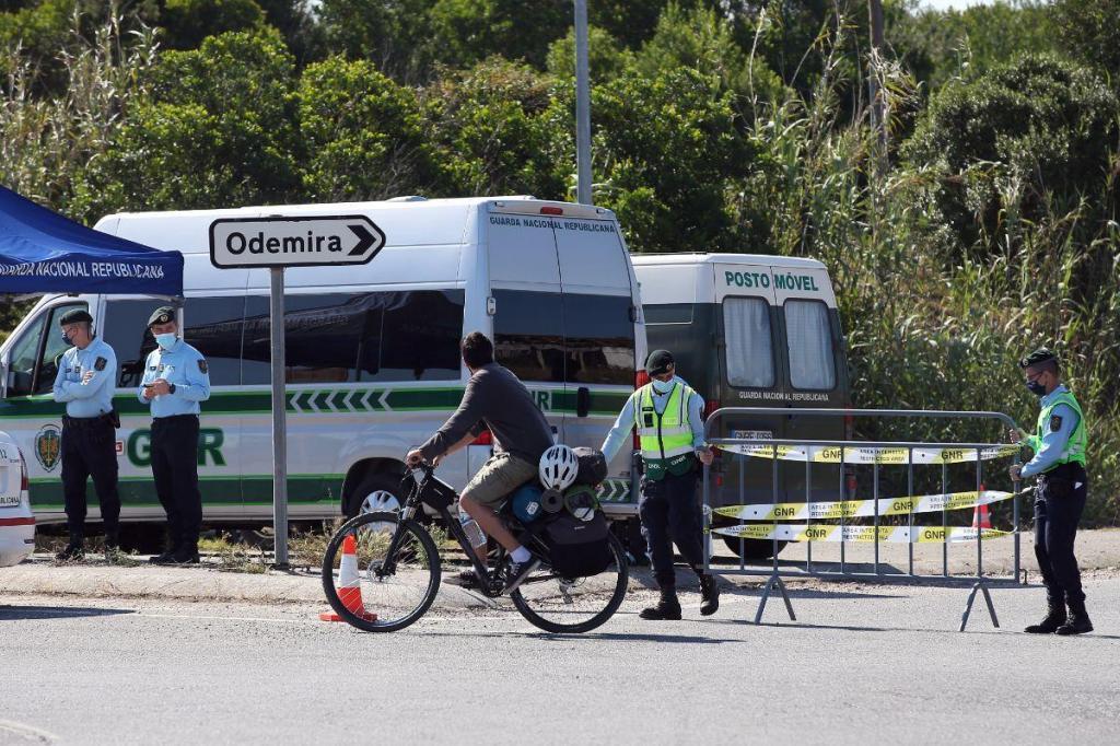Ação de fiscalização da GNR na cerca sanitária na freguesia de Longueira-Almograve