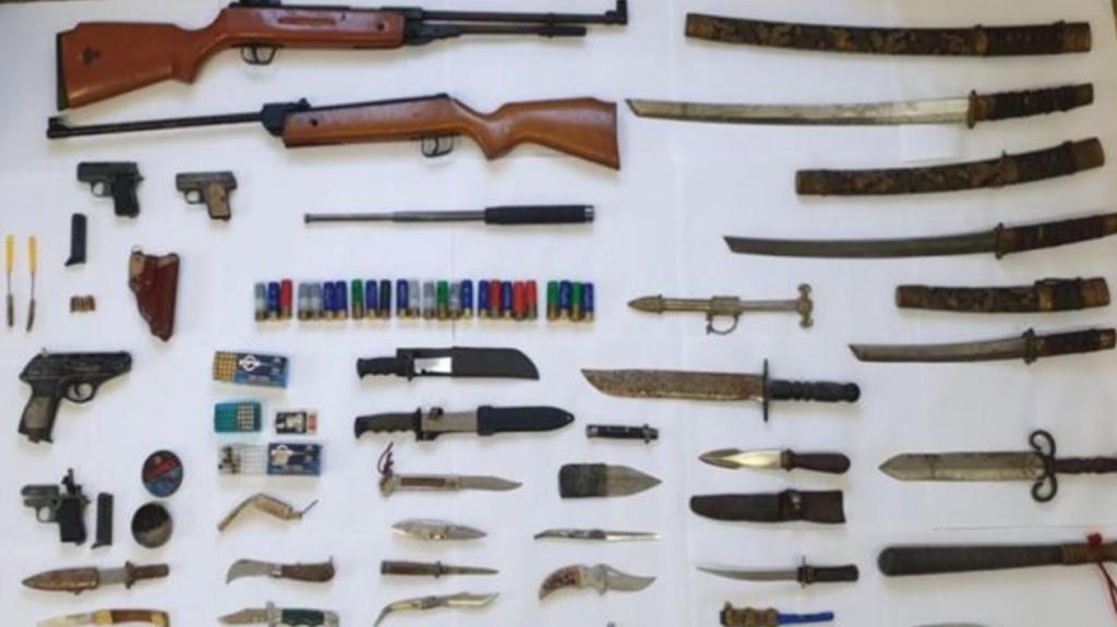 Arsenal de armas apreendido a suspeito de violência doméstica